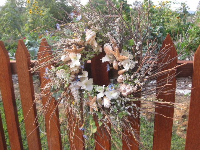 Shells and flowers rustic wreath. Awesome site with tutorials! www.shellcrafter.com